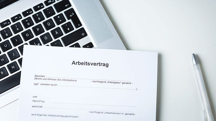 Symbolic image: Employment Contract in Hamburg, Germany