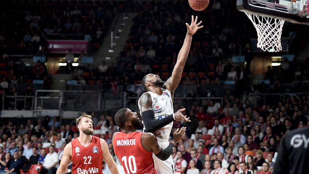 Hamburg's Prince Ibeh drives to the basket for two points against regning champion Bayern München.